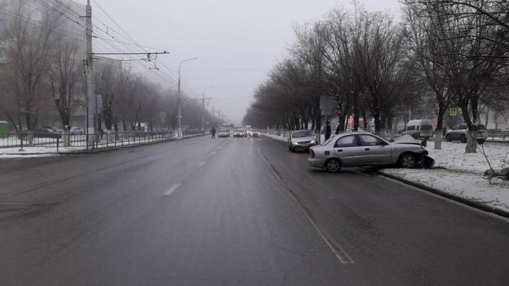 «Остановилось сердце»: на проспекте Жукова ZAZ Chance врезался в дерево, водитель погиб