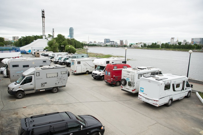 На парковке у ДИВСа два дня стояли 20 домов на колёсах