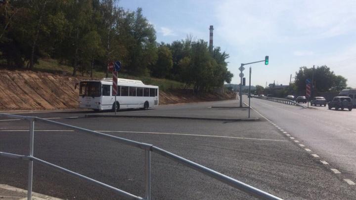 Бордюр и сплошная разметка: самарские автобусы не могут останавливаться у «Электрощита»