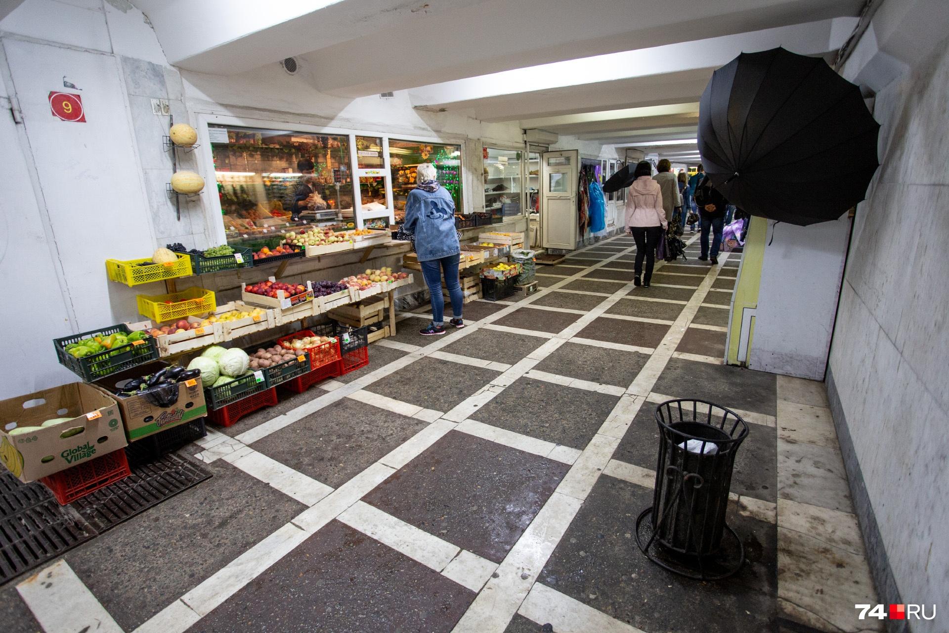 За аренду такого киоска продавец овощей и фруктов каждый месяц отдаёт 17 тысяч рублей плюс сумму, которую ему насчитают за электричество