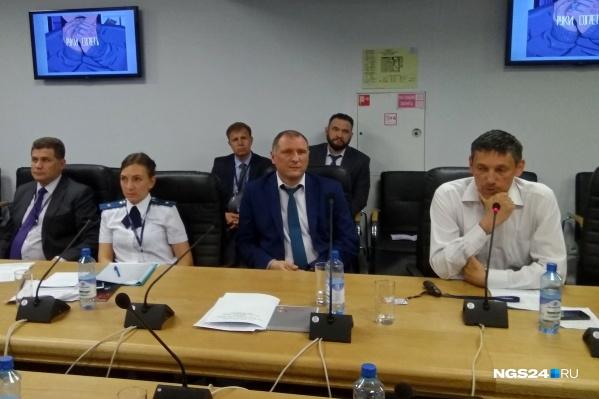 Алексей Буянов (в центре) говорит о том, как отслеживают интернет