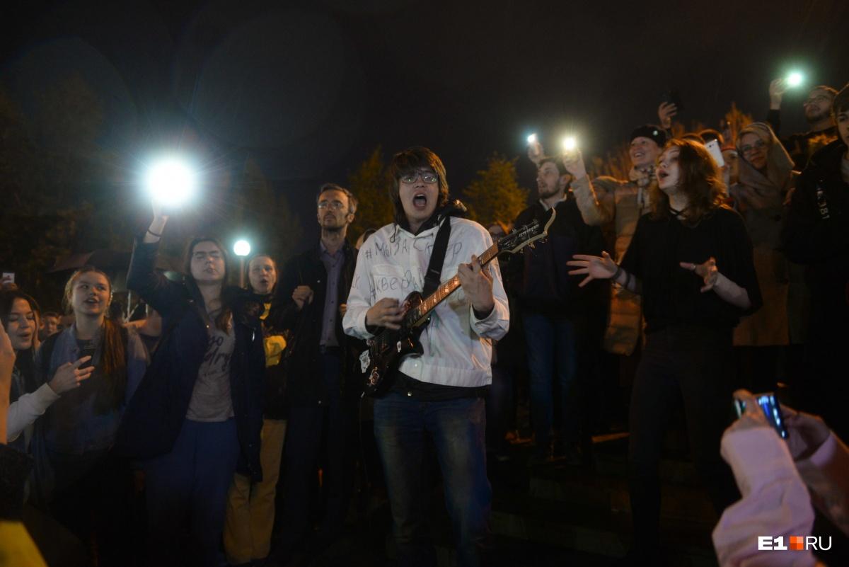 Однако на 4-е сутки в сквере вновь были сотни защитников парка!
