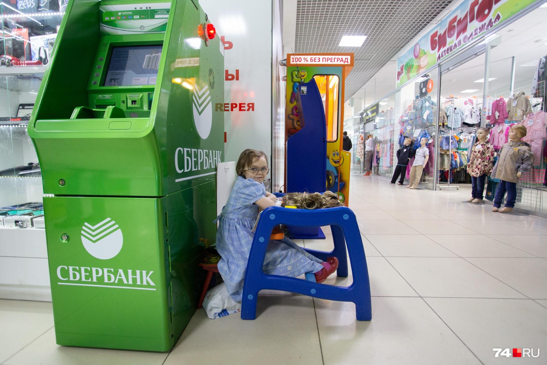 В одном из челябинских магазинов Зине бесплатно выделили место, чтобы она могла торговать самодельными куклами, фенечками, браслетами и вязаными носками