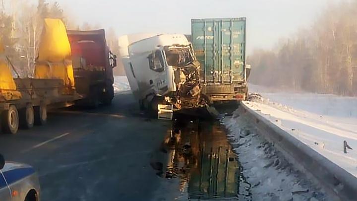 Две фурысошлись лоб в лоб на трассе под Новосибирском: водителей увезли в больницу