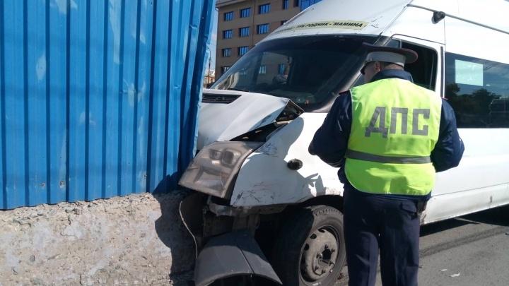 «Сильно пострадали женщина с ребёнком»: в центре Челябинска маршрутка влетела в бетонное ограждение