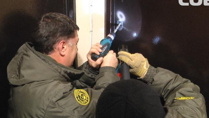 На Уралмаше спасателям пришлось взламывать дверь, чтобы вызволить 2-летнего малыша