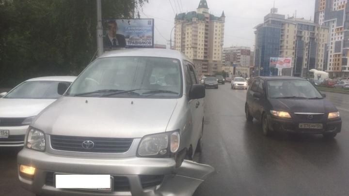 Отлетевшее от BMW колесо повредило машину на Жуковского