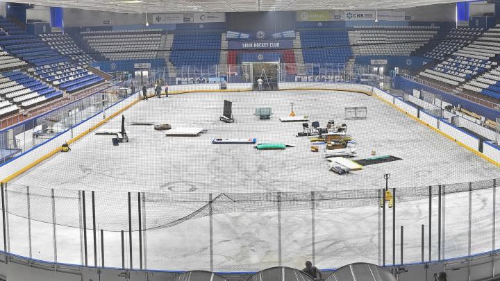 В ЛДС «Сибирь» собрали хоккейную коробку, которая быстро меняет размеры