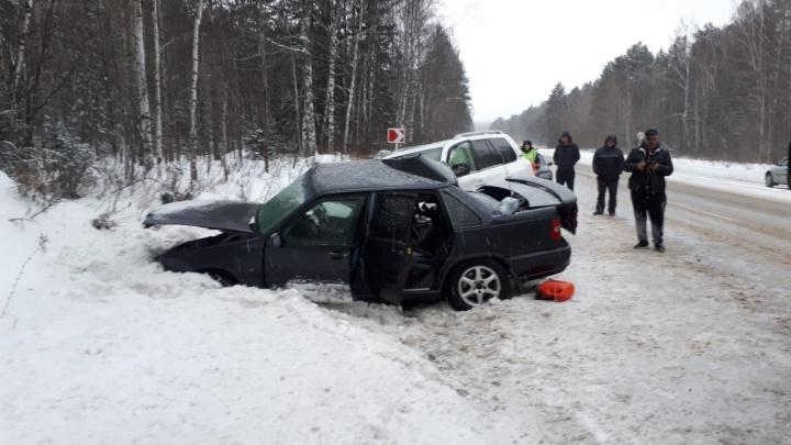 На Пермском тракте Volvo вылетел на встречку и столкнулся с Toyota Land Cruiser. Два человека погибли