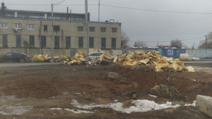 В Волгограде из сгоревшей напротив кладбища фуры высыпали горы стекловаты