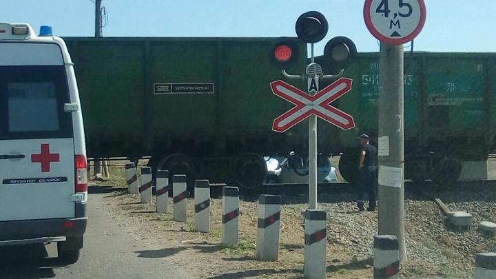 Грузовой поезд снес на ходу «Ладу-Гранту» под Волгоградом, в больнице один человек