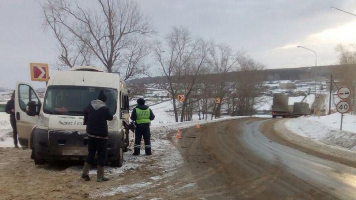 В Башкирии фура столкнулась с микроавтобусом: пострадала 22-летняя пассажирка