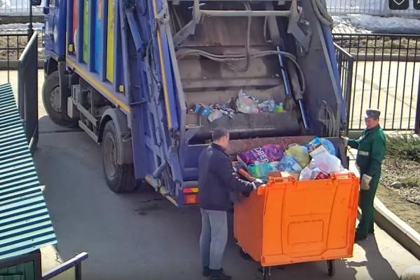 Всё содержимое контейнера отправилось в общую машину