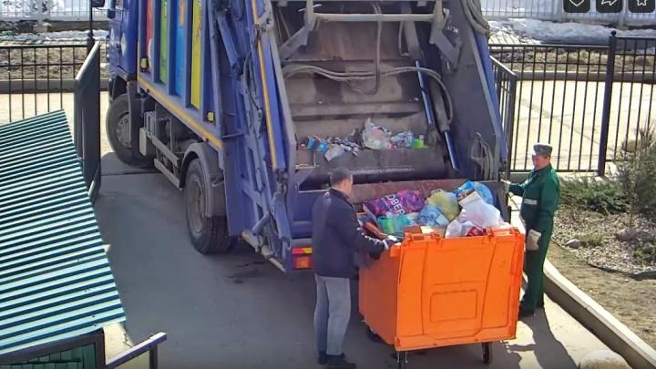 «А вы сортируйте, сортируйте...»: бак для раздельного мусора вывалили в общую машину