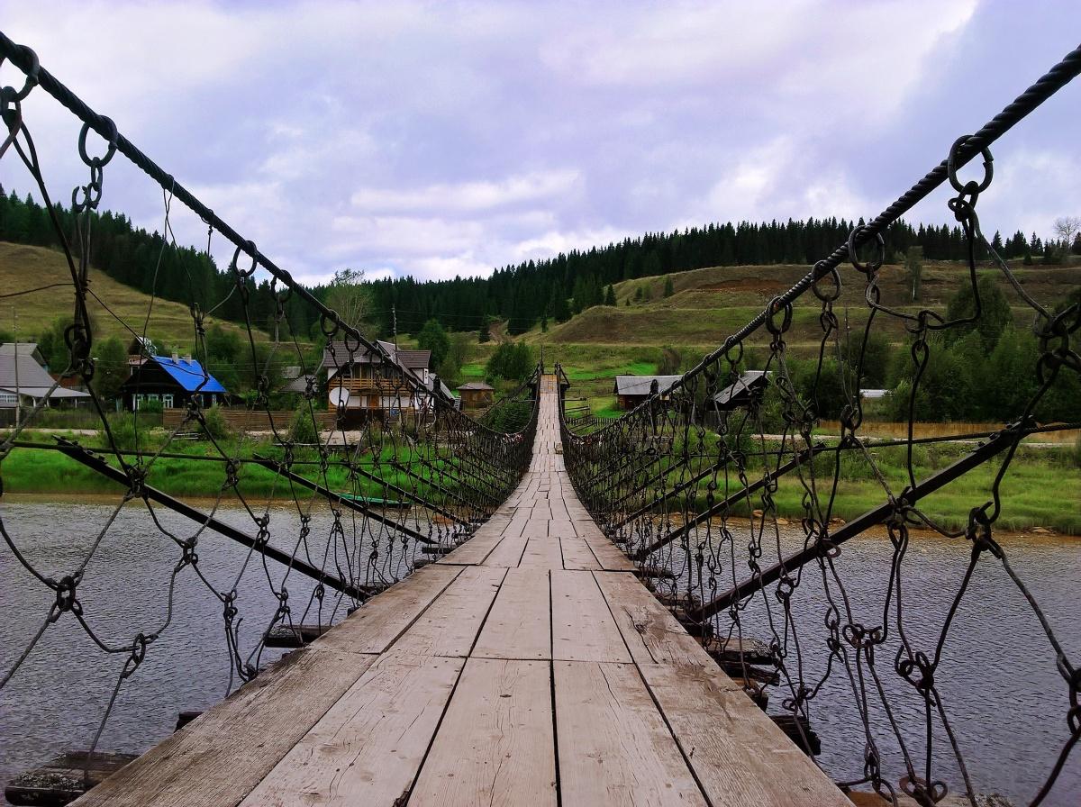 Здесь есть длинный пешеходный мост, по которому нельзя не прогуляться