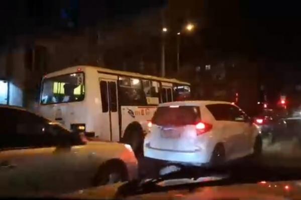 Автобус ехал прямо по встречке