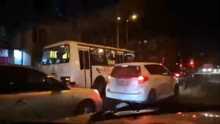 На Московской автобус лихо объехал пробку по встречке