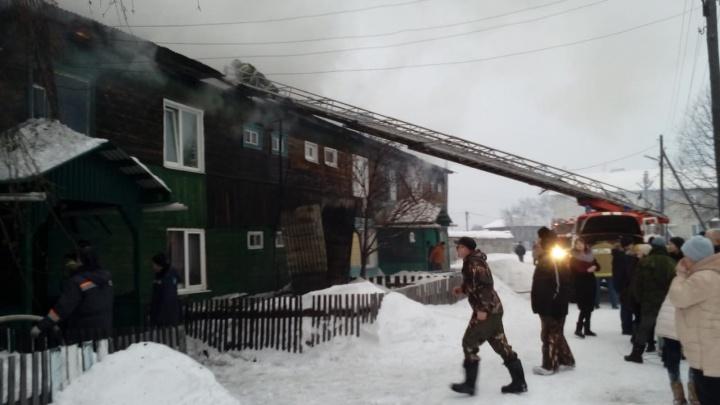 В Алапаевске пожарные спасли из горящей квартиры двух человек