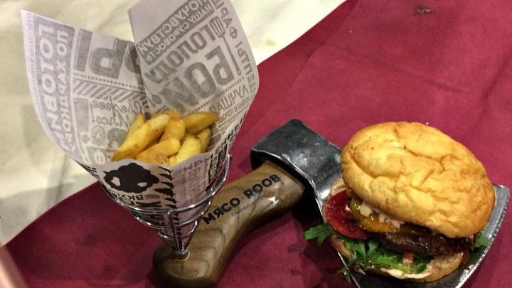 Новосибирцы победили в столичном конкурсе с бургером на топоре