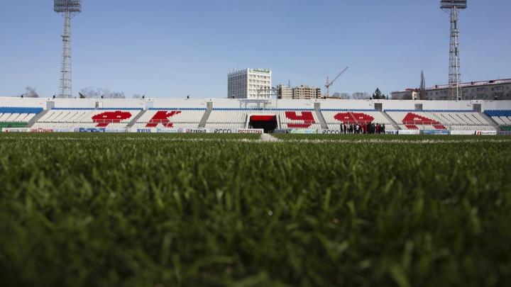 В Уфе во время футбольного матча фанат выбежал на поле