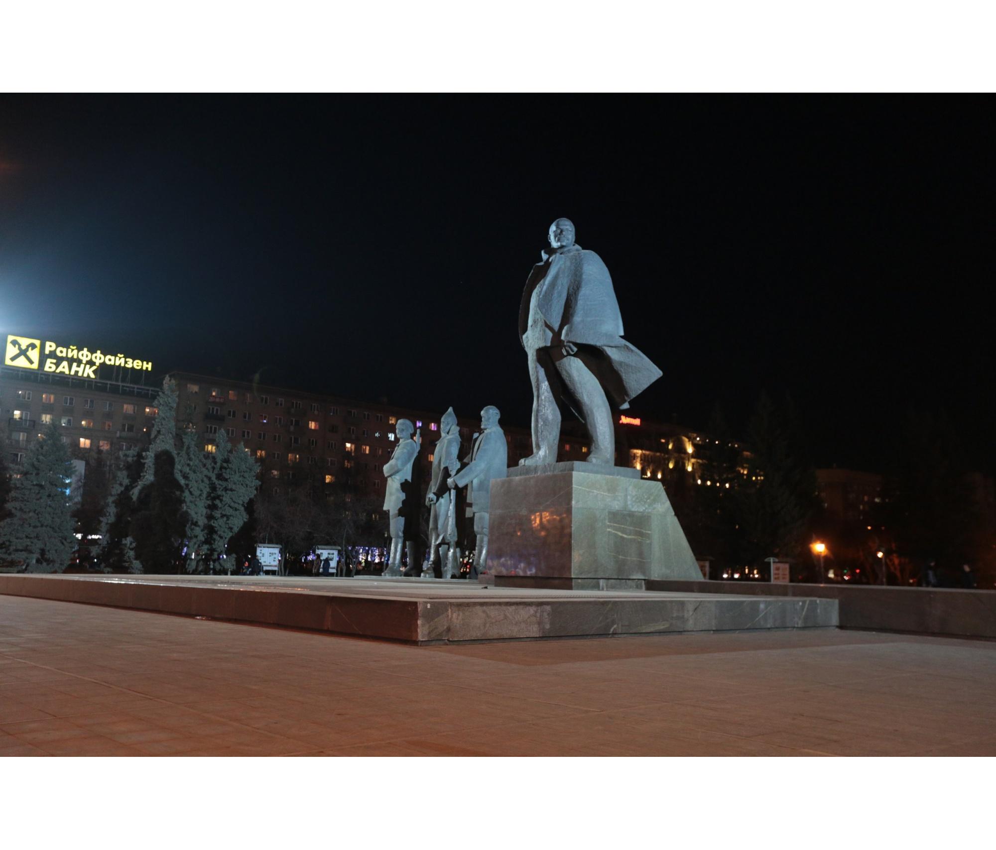 Светят на Ленина прожекторы с двух мачт