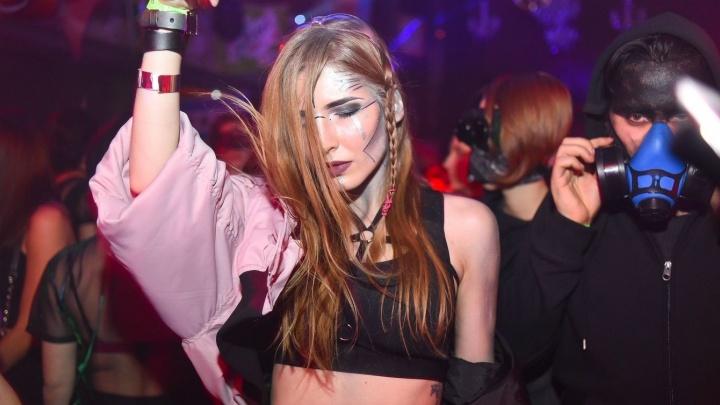 Постапокалипсис на одну ночь: фоторепортаж с Хэллоуин-вечеринки в стиле киберпанк