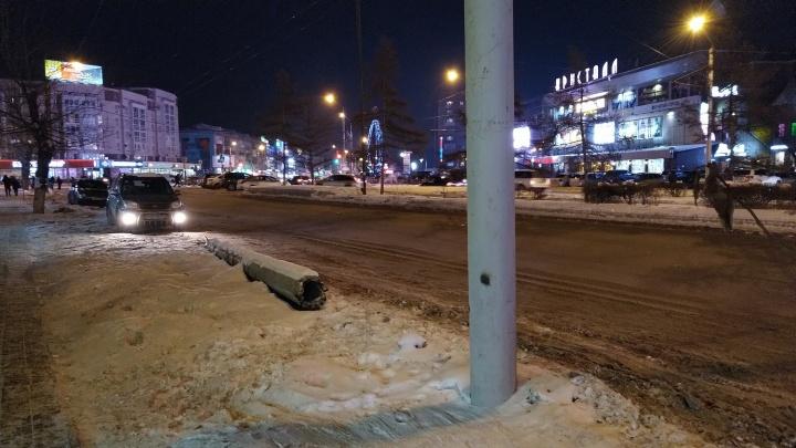 Напротив «Кристалла» полгода лежит столб, который снёс водитель иномарки
