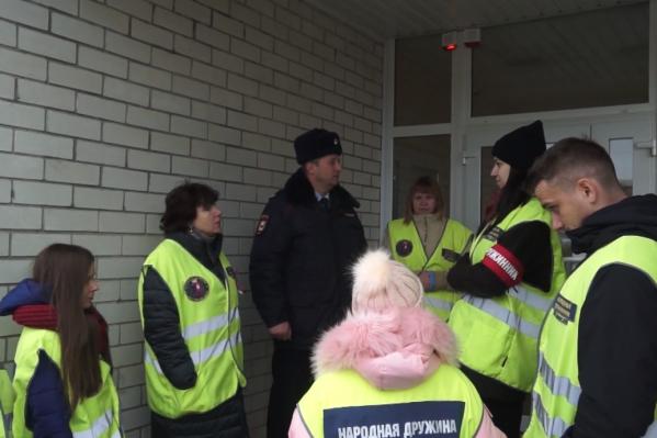 Добровольцы получили значки, повязки и карты маршрутов