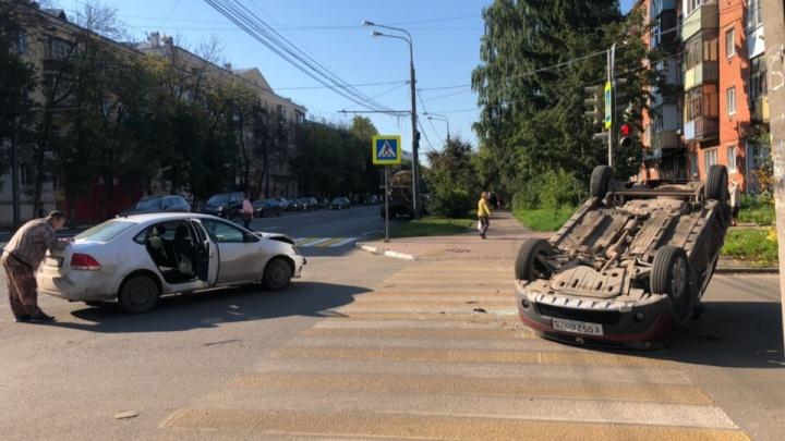 В центре Ярославля в ДТП перевернулся «Рено»