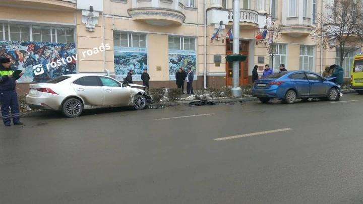Авария на миллион: в центре Ростова лоб в лоб столкнулись «Лексус» и «Хендай»