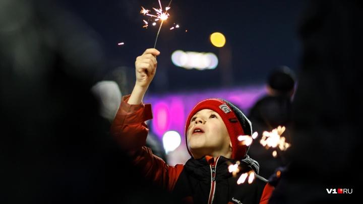 Хороводы с иностранцами и костюмированные селфи: смотрим лучшие фотографии Нового года в Волгограде