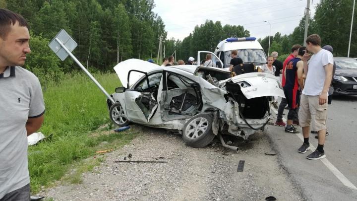 Две иномарки столкнулись в Кольцово— машины ушли в кювет