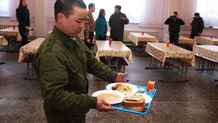 Чтобы не болели: новосибирских солдат начали кормить салом и чесноком