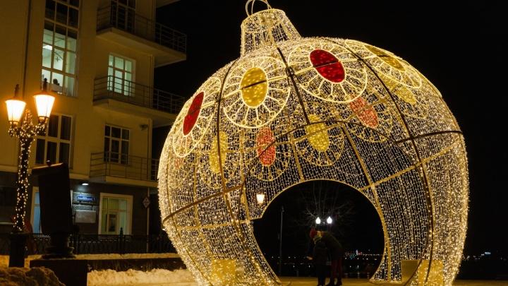 Большой шар, светящиеся улицы и треугольные ёлочки: смотрим, как украсили Пермь к Новому году