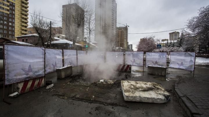 Опять раскопали: улицу Семьи Шамшиных окутало паром