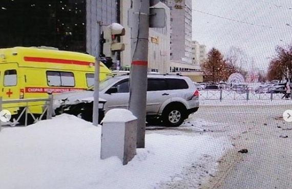 В Перми сбитый иномаркой дорожный знак упал на пешехода. Видео