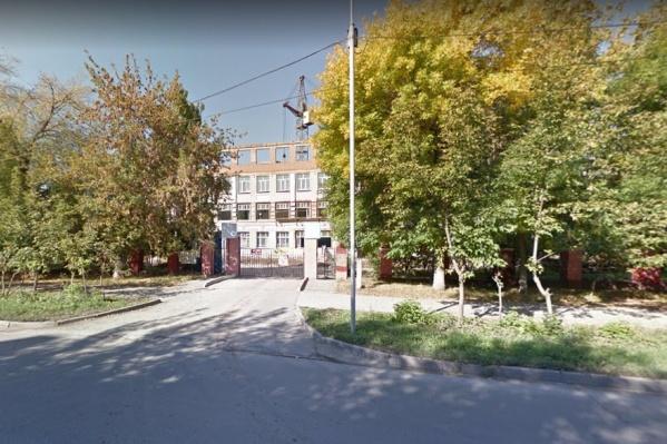 """Школу <i class=""""_"""">(на фото за деревьями. — Прим. ред.)</i> отремонтировали и открыли в начале этого учебного года"""