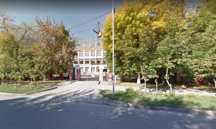 Школу  (на фото за деревьями. — Прим. ред.)  отремонтировали и открыли в начале этого учебного года