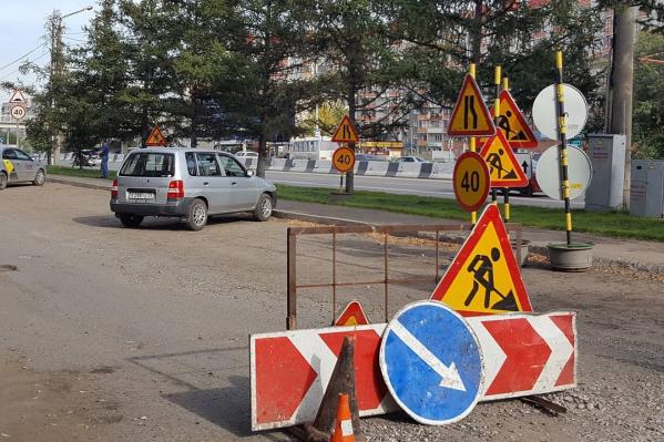Разбитую дорогу после сноса павильонов, наконец, начали ремонтировать