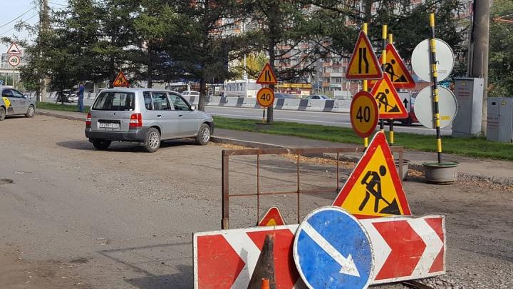 Разбитую дорогу и тротуары после сноса павильонов начали ремонтироватьу остановки «Сергея Лазо»