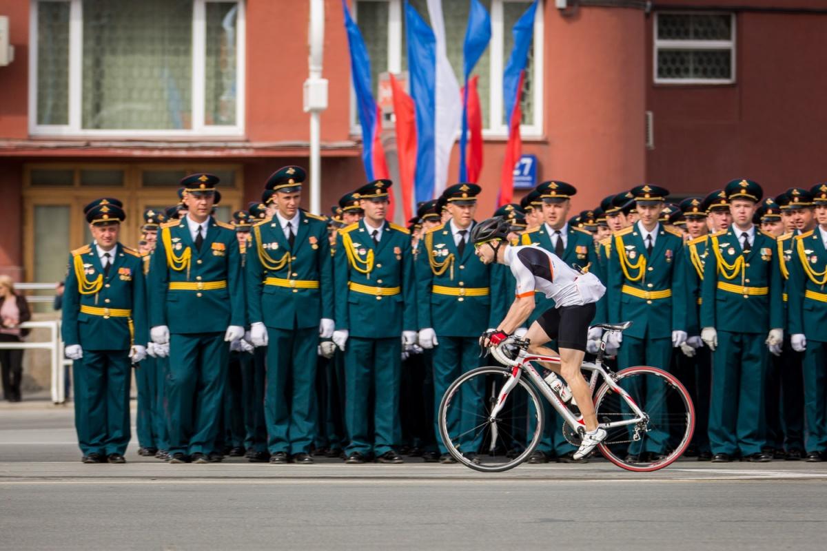 Военных взбудоражил велосипедист, который неожиданно выехал со стороны Дома офицеров по Красному проспекту и проехал после прохождения техники в сторону ул. Кирова