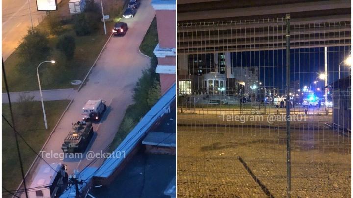 К Дворцу правосудия в Екатеринбурге стянулись машины полиции, скорой и БТР