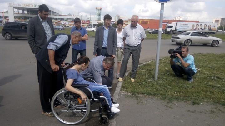 «Носом можно клюкнуть»: инвалиды-колясочники проверили тротуары у ТРЦ «Планета» и пришли в ужас