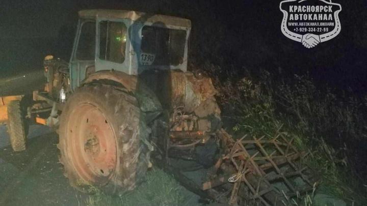 «Волга» влетела в незаметный трактор на трассе под Красноярском