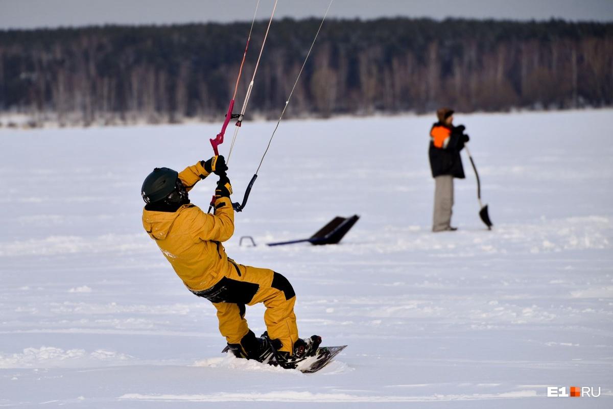 Три часа в подвешенном состоянии: как журналистка E1.RU училась летать на сноуборде с парашютом