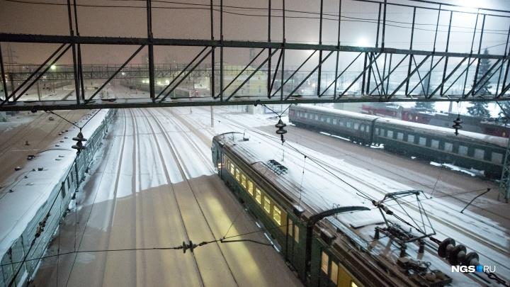 Закопался от холода в сугроб: бригада грузового поезда спасла замерзающего на станции новосибирца