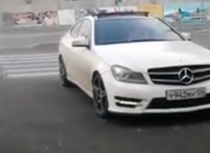 Девушка на «Мерседесе» разгневала пешеходов неправильным выездом с парковки