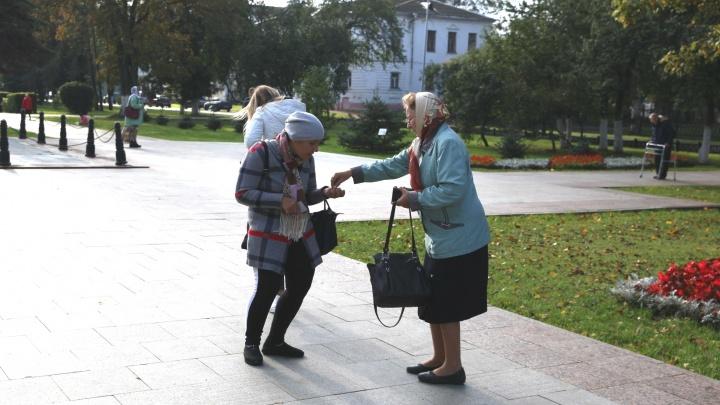 «Помогите во славу Спиридонушки!»: к Успенскому собору стянулись попрошайки со всего города