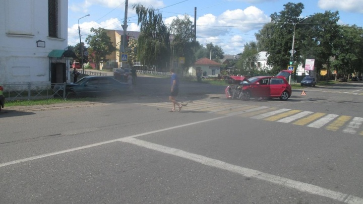 «Мерседес» вылетел на тротуар: в ДТП в Ярославской области есть пострадавший