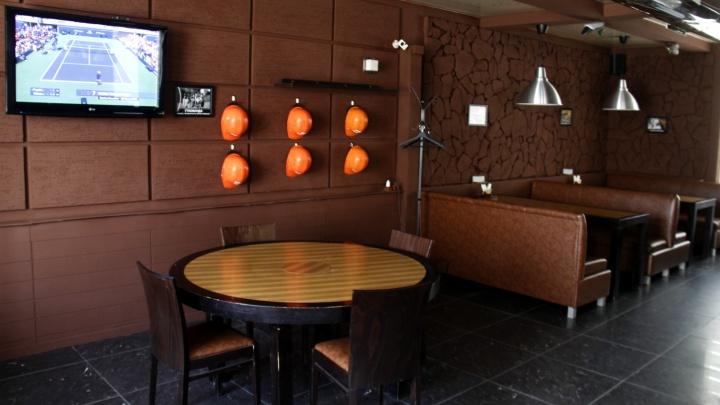 В Новосибирске появилась сеть баров с касками для знакомств